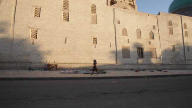 outside the kalyan mosque (maedjid-i kalyan) in bukhara, uzbekistan - bukhara stock videos & royalty-free footage