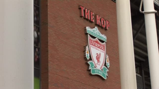stockvideo's en b-roll-footage met outside the main stadium bill shankly statue at anfield on september 20, 2011 in liverpool, england - vrijetijdsfaciliteiten