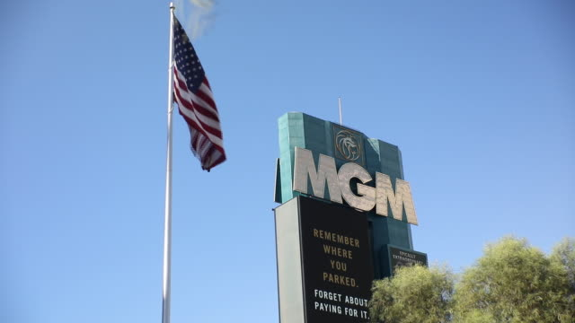 vídeos de stock e filmes b-roll de outside the mgm grand hotel and casino in las vegas, nevada, u.s., on sunday, july 26, 2020. mgm resorts international is scheduled to releasing... - painel publicitário eletrónico