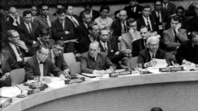 outside the united nations building / people lined up inside / security council settling into seats / secretary general u thant / soviet ambassador... - 1967 bildbanksvideor och videomaterial från bakom kulisserna