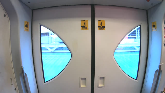 Vista exterior a través de la puerta de vidrio del tren.
