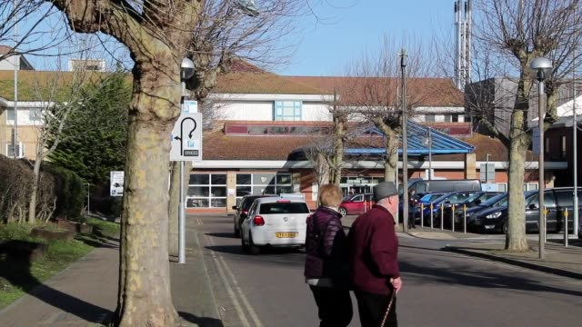 outside worthing hospital in west sussex, where a healthcare worker is among the eight cases of coronavirus that have been confirmed in the uk.... - worthing点の映像素材/bロール