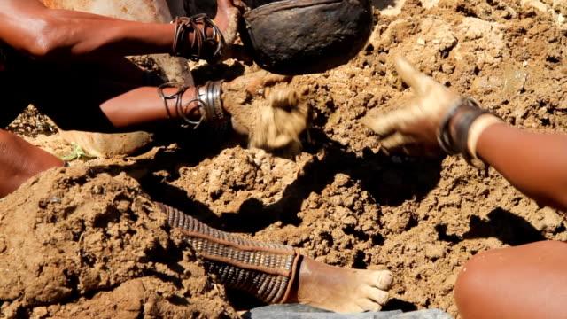 vidéos et rushes de cu ovahimba femmes préparer le sol - digging