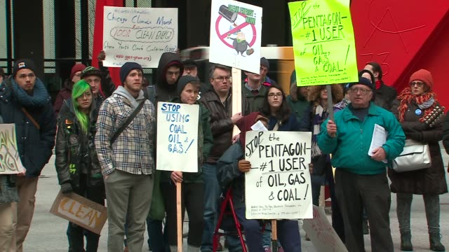vidéos et rushes de wgn over 100 climate change demonstrators rallied in the federal plaza at adams and dearborn streets in chicago on the eve of the international... - michigan