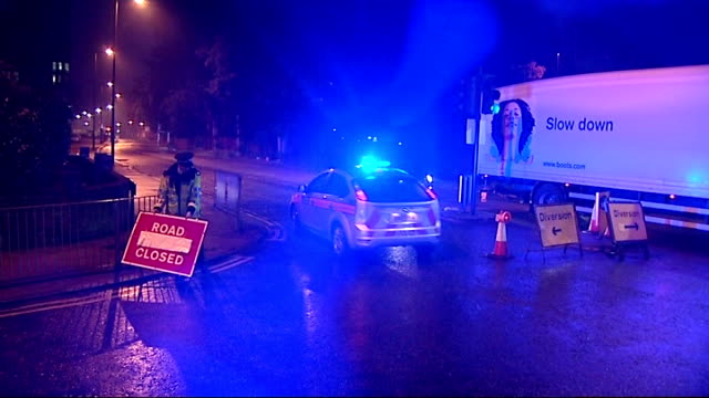 over 100 people evacuated from their homes after gas leak; england: london: enfield: ext at night police car into road in area affected by gas leak... - road closed englisches verkehrsschild stock-videos und b-roll-filmmaterial