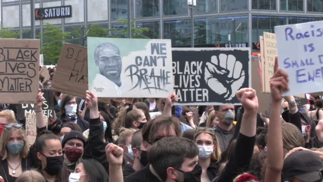 over 10000 people protest against racism and police brutality in tribute to george floyd on june 06 2020 at alexanderplatz in berlin germany eight... - alexanderplatz stock videos & royalty-free footage