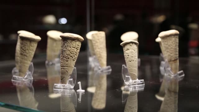 vídeos de stock e filmes b-roll de over 2000 artefacts including about 100 that were looted and found abroad are unveiled at the museum of basra the oil rich city in southern iraq - bassorá