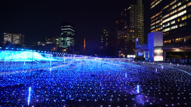 vídeos de stock, filmes e b-roll de over 500,000 led lights are displayed in the starlight garden (grass square) and glow in the night in roppongi tokyo on december 21 2017. people are watching and photographing illumination. - perspectiva espacial