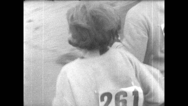 over 600 starters in the 71st boston marathon / runners head down the street / katherine switzer first woman to run / dog runs alongside the... - 1967 bildbanksvideor och videomaterial från bakom kulisserna