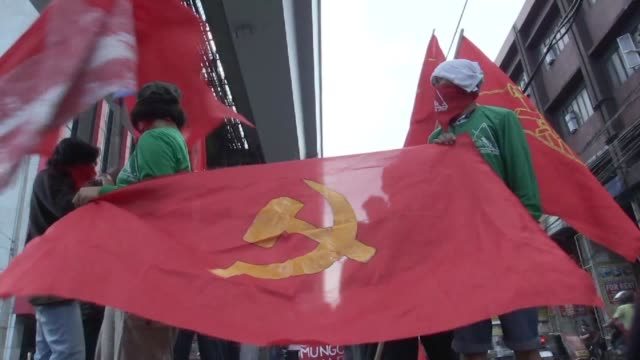 over a hundred communist rebels and supporters from the new people's army marched through the philippine capital of manila on monday leading up to... - anti comunista video stock e b–roll