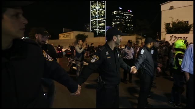 over a thousand israelis rallied in tel aviv on thursday to call for the resignation of prime minister benjamin netanyahu over a cease-fire deal with... - air raid stock-videos und b-roll-filmmaterial