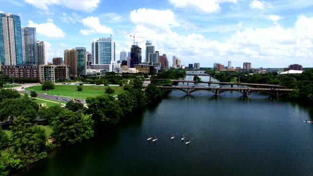 vídeos de stock e filmes b-roll de over austin texas kayakers and stand up paddle boarders float down town lake - town