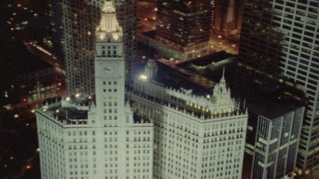 vídeos y material grabado en eventos de stock de aerial over buildings in chicago at night - edificio wrigley