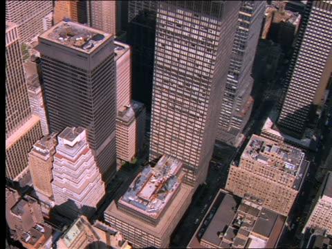 vídeos y material grabado en eventos de stock de aerial over buildings in midtown nyc - cincuenta segundos o más