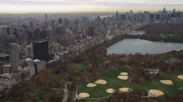over central park and turning east. shot in november 2011. - artbeats 個影片檔及 b 捲影像