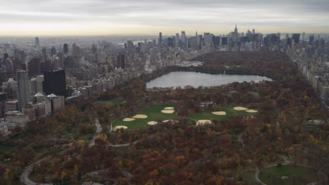 over central park, new york city. shot in november 2011. - artbeats 個影片檔及 b 捲影像