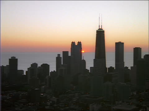 aerial over chicago with lake and sunset in background - sears tower stock-videos und b-roll-filmmaterial