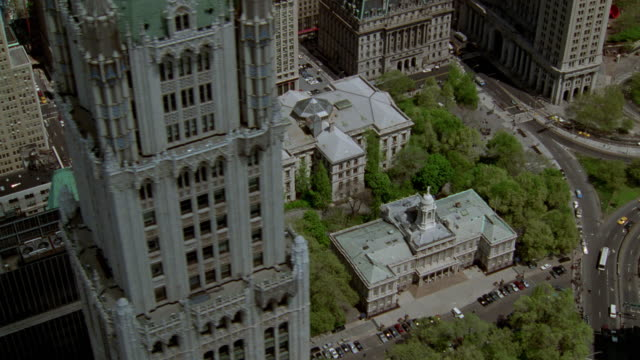 stockvideo's en b-roll-footage met aerial over city hall in new york city - town hall