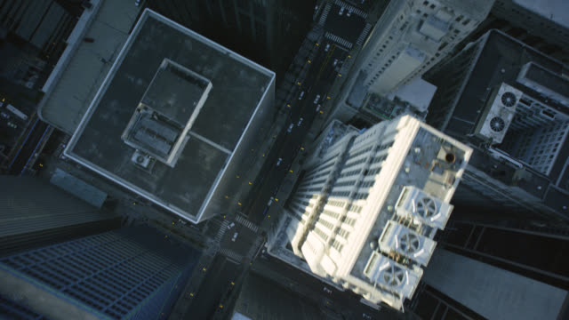 vidéos et rushes de ws pov over city with street - chicago