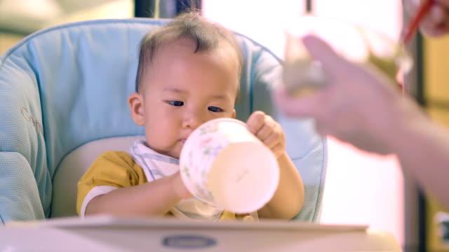 Over eten: Baby baby eten door lepel.