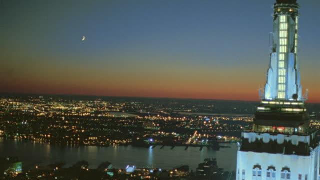 vídeos y material grabado en eventos de stock de aerial over empire state building at dusk / nyc - sección alta