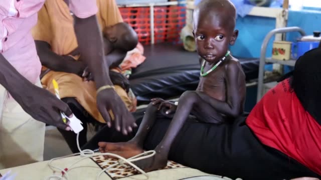 stockvideo's en b-roll-footage met over half of south sudan's population faces hunger at levels described as crisis or emergency according to the united nations - hongerig