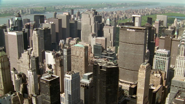 vidéos et rushes de aerial over midtown nyc office buildings - cinématographie