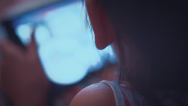 タブレットを使用して夜、クローズ アップの女の子の肩ショット以上 - 電子手帳点の映像素材/bロール