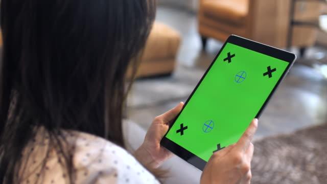 Sobre tiro de hombro de la tableta digital usando, verde pantalla