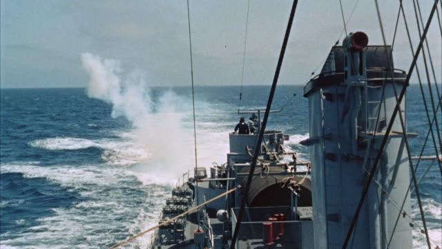 vidéos et rushes de ms pov over stern of navy destroyer - missile