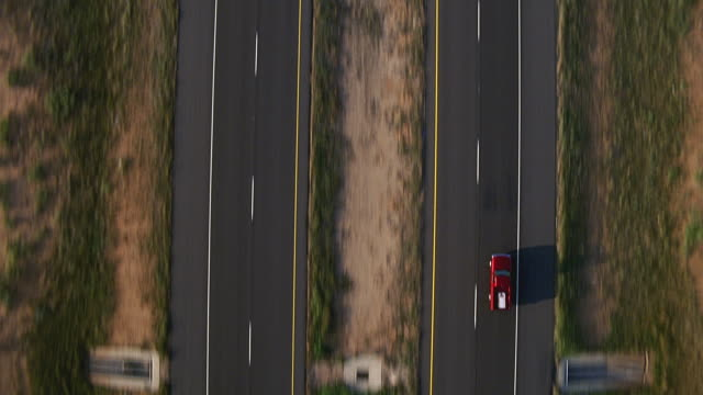 aerial over straight four-lane highway / odessa, texas - zweispurige strecke stock-videos und b-roll-filmmaterial