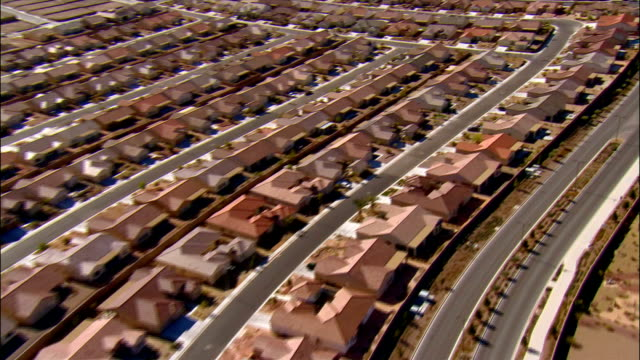 vídeos de stock e filmes b-roll de aerial over stretch of tract housing / las vegas, nevada - repetição conceito