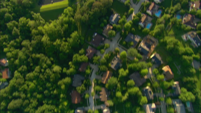 aerial over suburban homes and busy road/ st. louis, missouri - ミズーリ州点の映像素材/bロール