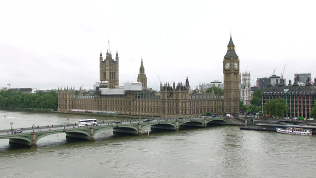 over thames river & westminster bridge to parliament & big ben, london, england - politics and government stock-videos und b-roll-filmmaterial