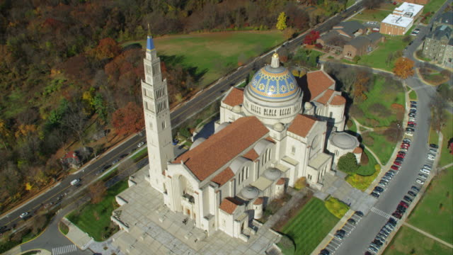vidéos et rushes de over the basilica of the national shrine of the immaculate conception, washington dc. shot in 2011. - sanctuaire