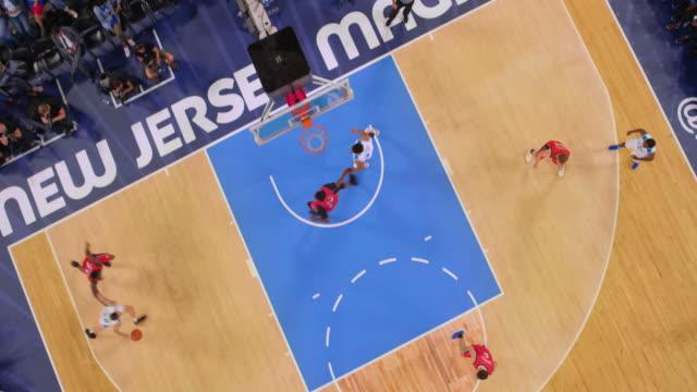vídeos y material grabado en eventos de stock de aerial basketball player in white scoring a shot. - ubicación de película fuera de los estados unidos