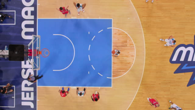 stockvideo's en b-roll-footage met aerial basketball player scoring one foul shot out of two. - buiten de vs