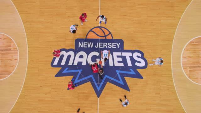 vídeos y material grabado en eventos de stock de aerial jump ball at the start of the basketball game. - ubicación de película fuera de los estados unidos