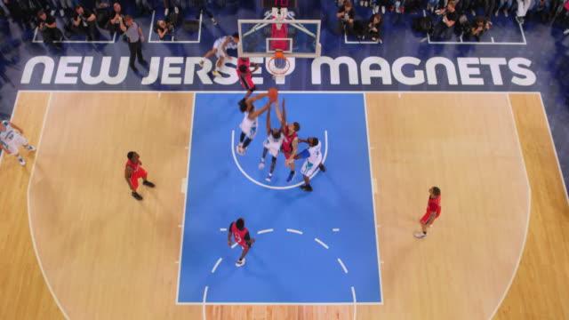 aerial basketball player scoring a slam dunk after a pass. - 非在美國拍攝 個影片檔及 b 捲影像