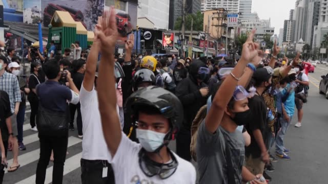 vídeos y material grabado en eventos de stock de over the weekend, thai protesters donned hard hats, goggles, gas masks and umbrellas against water cannon in images that could have come straight out... - manifestante