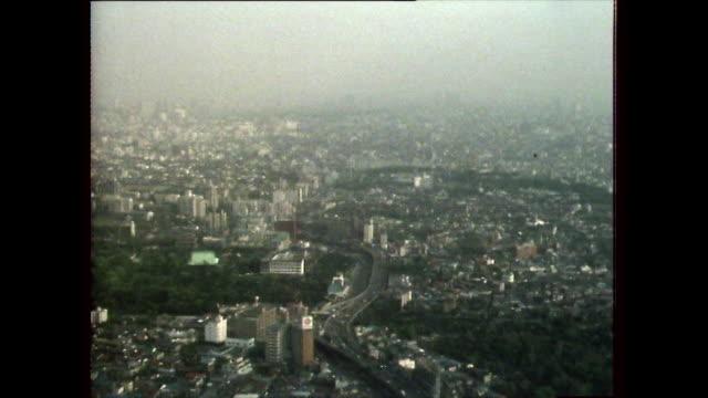 stockvideo's en b-roll-footage met zo over tokyo covered with heavy smog; 1981 - establishing shot