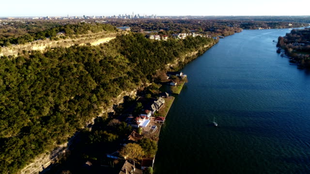 vídeos de stock e filmes b-roll de over town lake at golden sunset trees mount bonnell a cinematic look at the natural side of austin , texas , usa - town