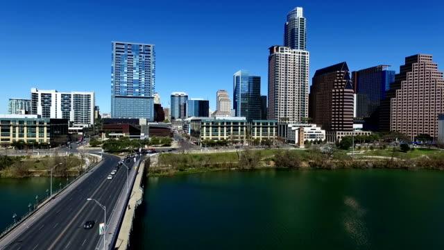 vídeos de stock e filmes b-roll de lago sobre cidade de austin texas com uma perspectiva para baixo 1 avenida ponte com o horizonte austin 2016 com um céu azul profundo - town