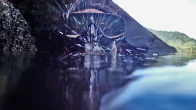 呼吸の練習は水を吐き出すので水シュノーケル selfie 下の上 - 口を尖らせる点の映像素材/bロール