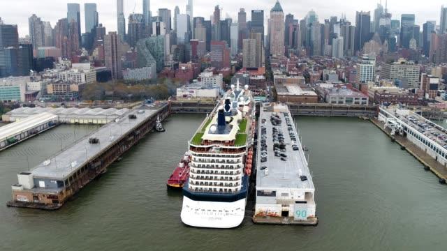vidéos et rushes de overcast aerial view of celebrity eclipse yacht on the hudson river - voilier à moteur