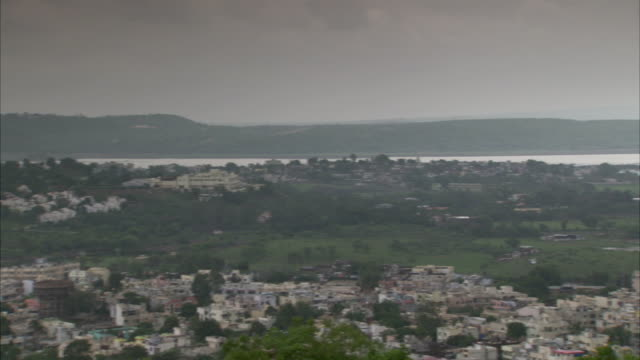 stockvideo's en b-roll-footage met overcast skies cast a gray shroud on the city of bhopal, india. available in hd. - bhopal