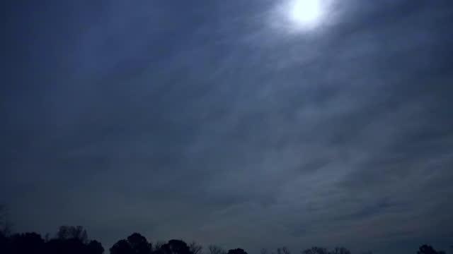 overcast sky with moon and mars in piedmont, north carolina, time lapse - rymd och astronomi bildbanksvideor och videomaterial från bakom kulisserna