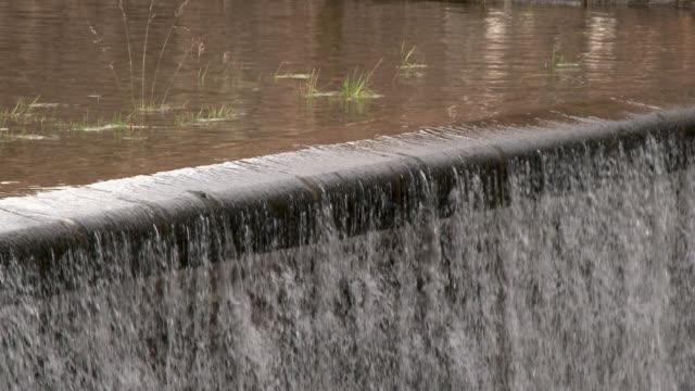 überlauf-abschnitt auf einem schottischen reservoir - stausee stock-videos und b-roll-filmmaterial