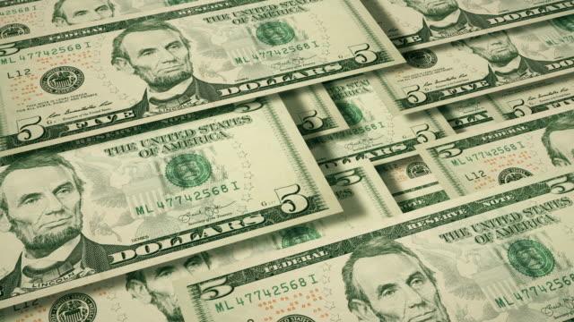 vídeos de stock e filmes b-roll de overhead 3d angle view of wall of cascading $5 dollar bills, u.s. currency - nota de cinco dólares dos estados unidos