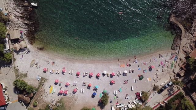 vídeos y material grabado en eventos de stock de overhead aerial, beachgoers on croatia beach - cultura croata